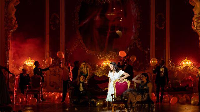 """Une scène de l'opéra """"Guerre et Paix"""" au Grand Théâtre de Genève. [Carole Parodi/GTG 2021 - DR]"""