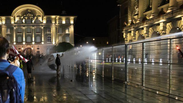 Pour protéger le Palais fédéral des débordements, la police a eu recours à un canon à eau. Berne, le 16 septembre 2021. [Peter Klaunzer - Keystone]