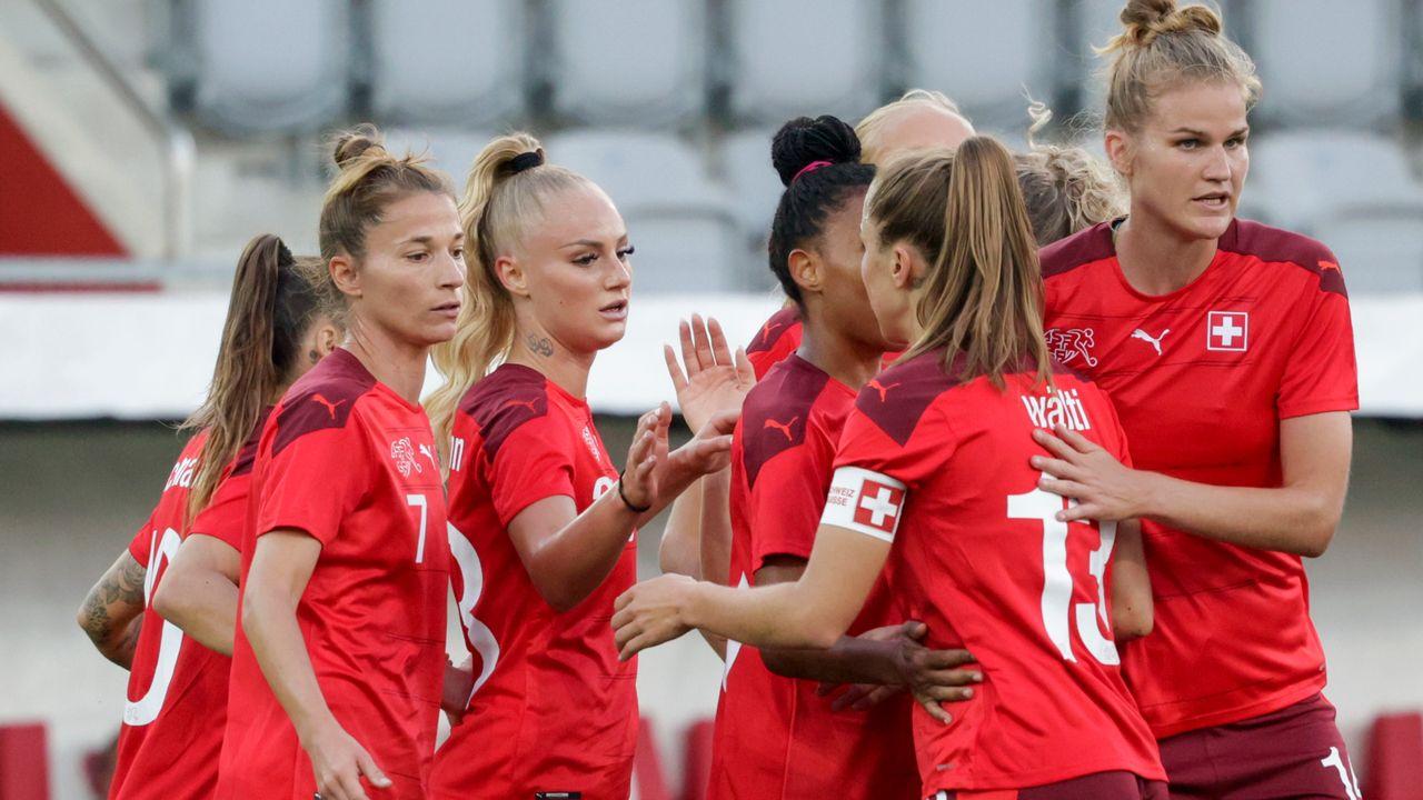 Les Suissesses célèbrent leur ouverture du score. [Marc Schumacher - Freshfocus]