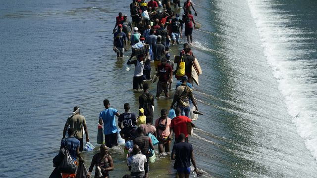 Environ 10'000 migrants ont traversé le Rio Grande ces derniers jours pour tenter d'entrer aux Etats-Unis. [Eric Gay - Keystone/AP]