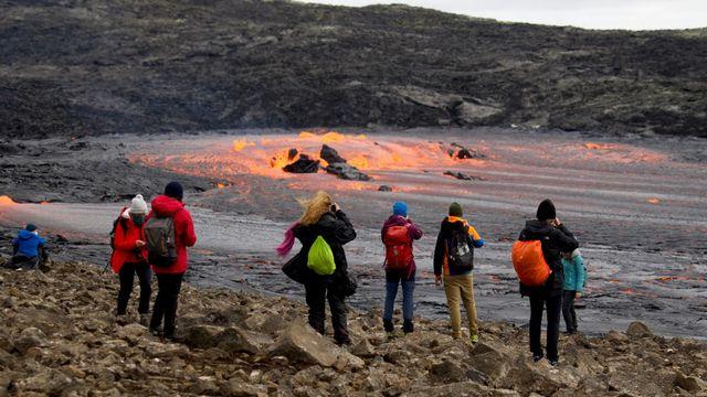 Des touristes admirent l'éruption à proximité du mont Fagradalsfjall,en Islande, le 15 septembre 2021. [Jeremie Richard - AFP]