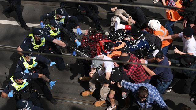 Des affrontements ont eu lieu à Melbourne entre policiers et manifestants anti-confinement. [James Ross - Keystone/EPA]