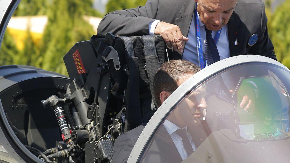 Emmanuel Macron dans le cockpit d'un chasseur Rafale en 2017 au Salon du Bourget. [Michel Euler - Keystone/AP]