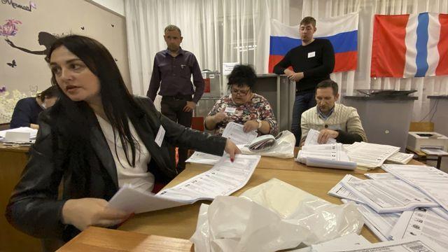 Le parti de Poutine est en tête des législatives. [AP Photo/Evgeniy Sofiychuk - Keystone]