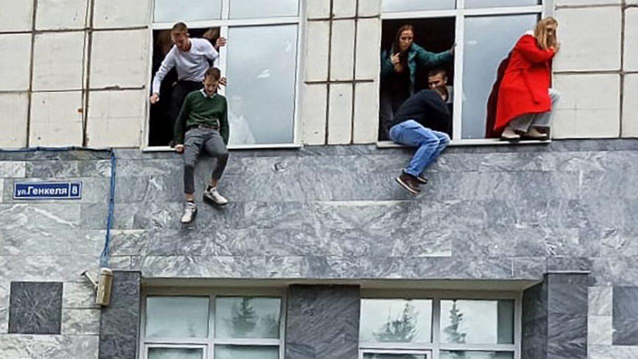 Des étudiants de l'Université de Perm ont sauté des fenêtres du premier étage pour fuir la fusillade. [Alexey Romanov - AFP/Sputnik]