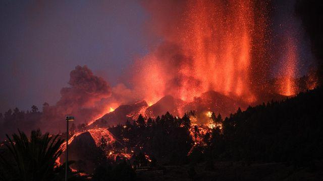 L'éruption du volcan Cumbre Vieja s'est poursuivie lundi et a déjà détruit des dizaines de maisons. [Andres Gutierrez - AFP/Anadolu]