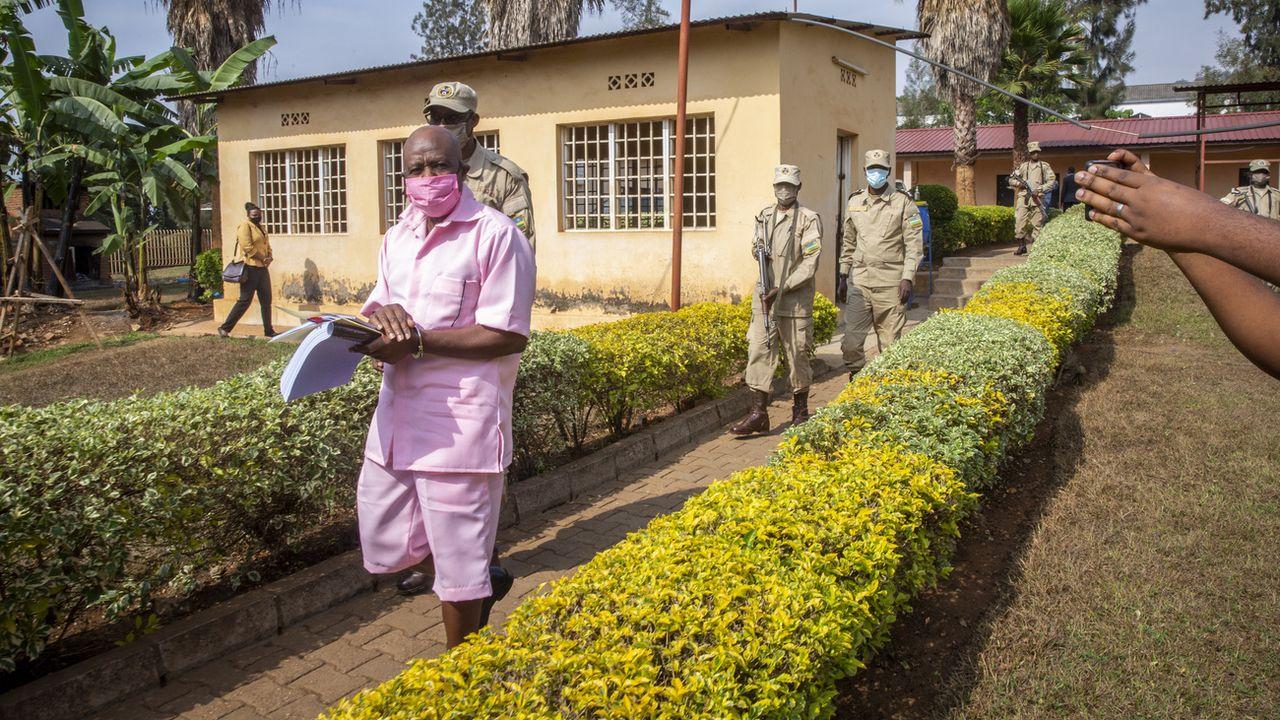 Paul Rusesabagina arrive à son procès en uniforme de prisonnier le 25 septembre 2020. [AP Photo/Muhizi Olivier - Keystone]