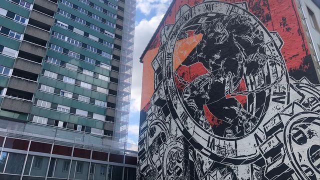 """Le Locle se transforme en musée à ciel ouvert d'art urbain grâce à """"Exomusée"""". [Deborah Sohlbank - RTS]"""