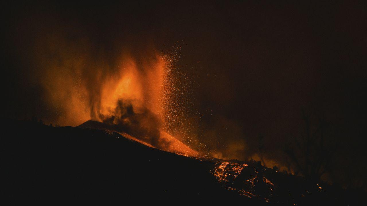 Le volcan Cumbre Vieja à La Palma, une des îles Canaries, est entré en éruption.  [Jonathan Rodriguez - AP Phot]