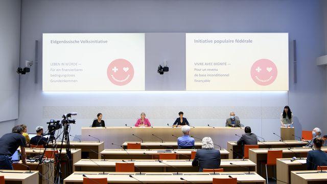 Le comité d'initiative présente son texte pour un revenu de base inconditionnel en Suisse, le 21 septembre 2021 à Berne. [Anthony Anex - Keystone]