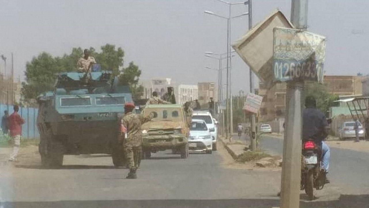 Des soldats soudanais bloquent la route après une tentative de coup d'État ratée à Khartoum. Soudan, le 21 septembre 2021. [Mahmoud Hjaj - Anadolu Agency via AFP]