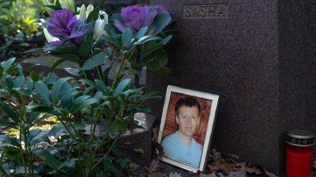 Une photo d'Alexandre Litvinenko déposée sur la tombe de l'ex-espion russe. [Niklas Halle'n - AFP]