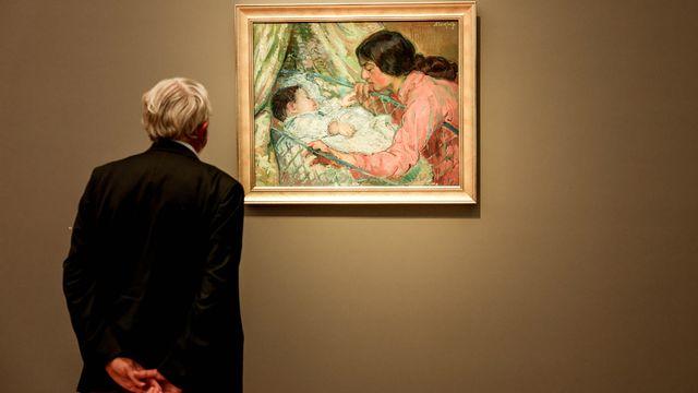 Un visiteur devant une toile d'une exposition consacrée à l'Impressionnisme russe au musée Barberini à Potsdam, le 26 août 2021. [Filip Singer - EPA/Keystone]