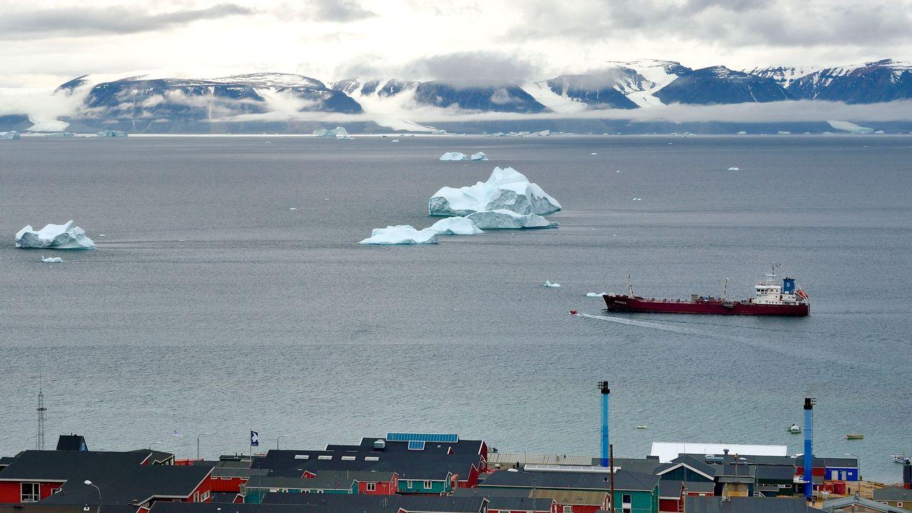 Un tanker passe devant le village de Qaanaaq, au Groenland. Image d'illustration [RIEGER BERTRAND / HEMIS.FR - AFP]