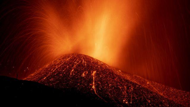 Jeudi 23 septembre: la coulée de lave d'un volcan entré en éruption dimanche sur l'île de La Palma, dans l'archipel espagnol des Canaries. [Emilio Morenatti - Keystone]