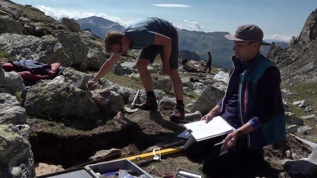 En Valais, l'archéologie de haute altitude représente un défi logistique et humain. [RTS]