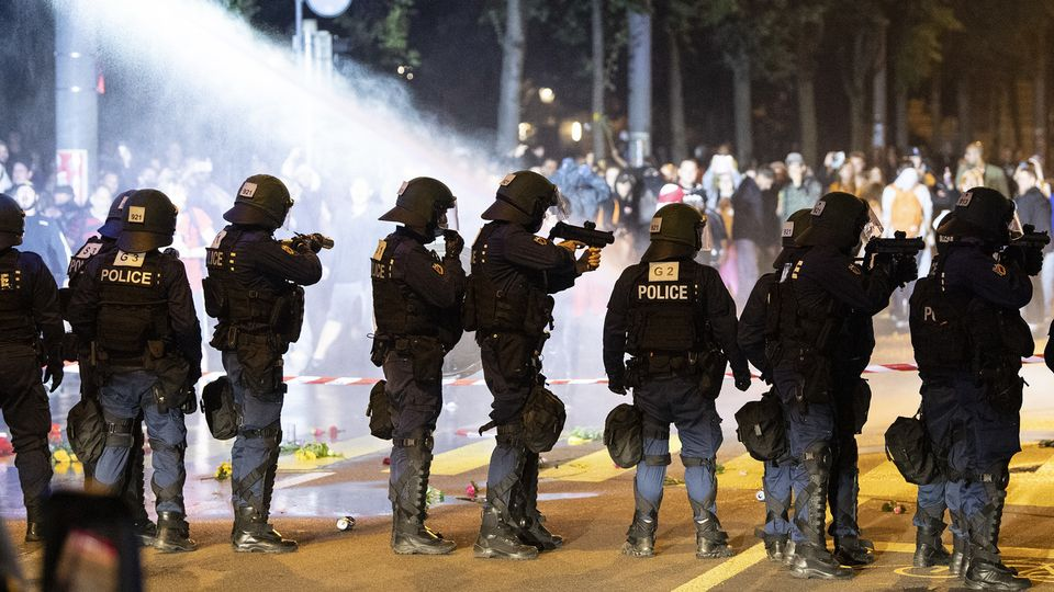 La police a fait usage de balles en caoutchouc et de canon à eau pour disperser les manifestants autour du Palais fédéral. [Peter Schneider - Keystone]