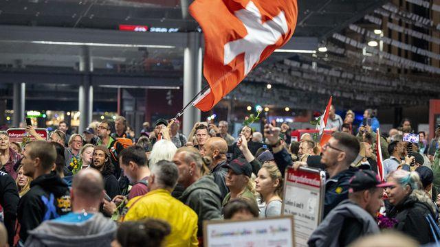 Des manifestant contre les mesures sanitaires sur la place de la Gare à Berne. [Peter Schneider - Keystone]