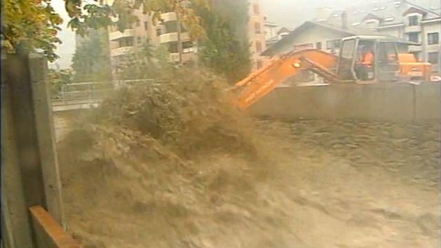 Les pluies incessantes provoquent des crues des rivières valaisannes. [RTS]