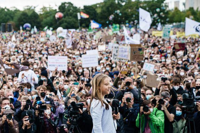 Greta Thunberg à Berlin devant une foule d'activistes pour le climat. [Clemens Bilan - EPA/Keystone]