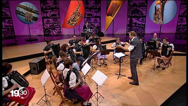 """Le """"Kiosque à musiques"""" fête son 50e anniversaire. Retour sur l'histoire de cette institution radiophonique et télévisuelle qui a redoré le folklore musical suisse. [RTS]"""