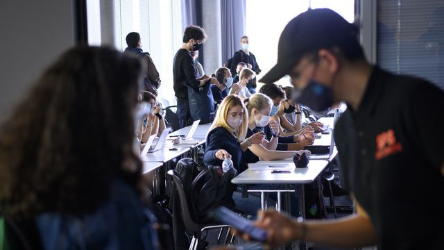 Une étudiante se fait contrôler son certificat Covid à l'Université de Lausanne.  [Laurent Gillieron - Keystone]