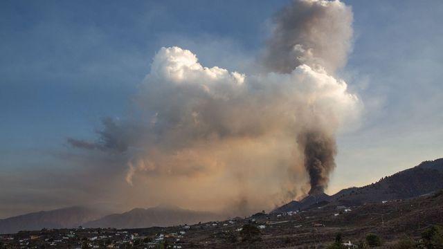 Le volcan Cumbre Vieja dégage un important nuage de cendres. [Desirée Martin - AFP]