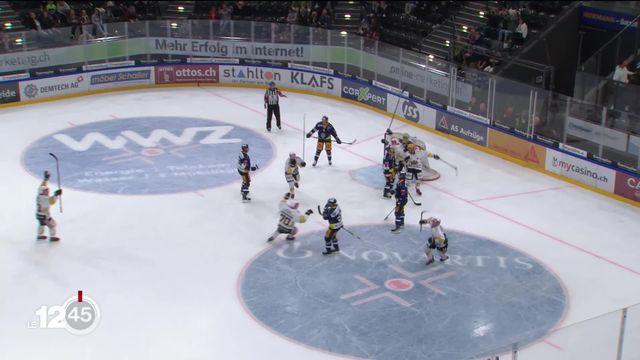 En hockey sur glace, Ajoie, néo-promu en Ligue nationale, a réalisé un exploit en battant le champion de Suisse, Zoug. [RTS]