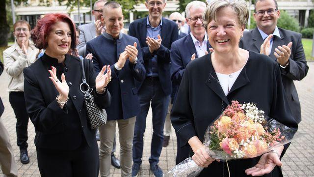 Isabelle Chassot applaudie par ses proches après son élection. [Laurent Gillieron - Keystone]