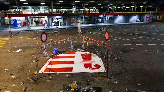 Le drapeau jurassien peint sur le sol devant la gare de Moutier. [Jean-Christophe Bott - Keystone]