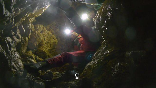 Plongée dans les sources d'eau et les falaises calcaires des gorges jurassiennes du Pichoux [RTS]