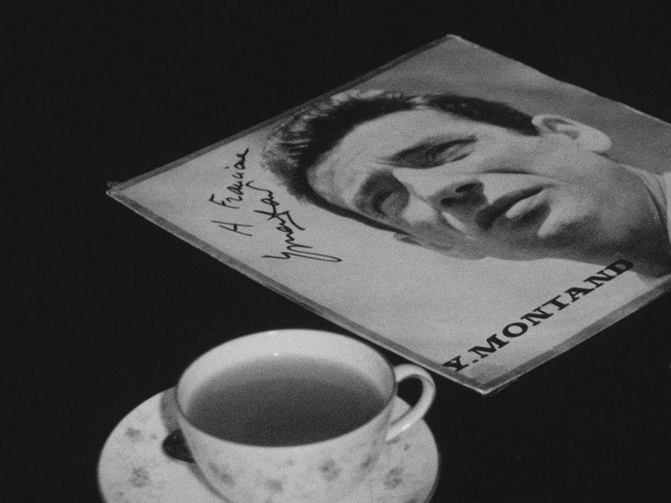 Séance de dédicace pour le chanteur et comédien français Yves Montand en 1963. [RTS]