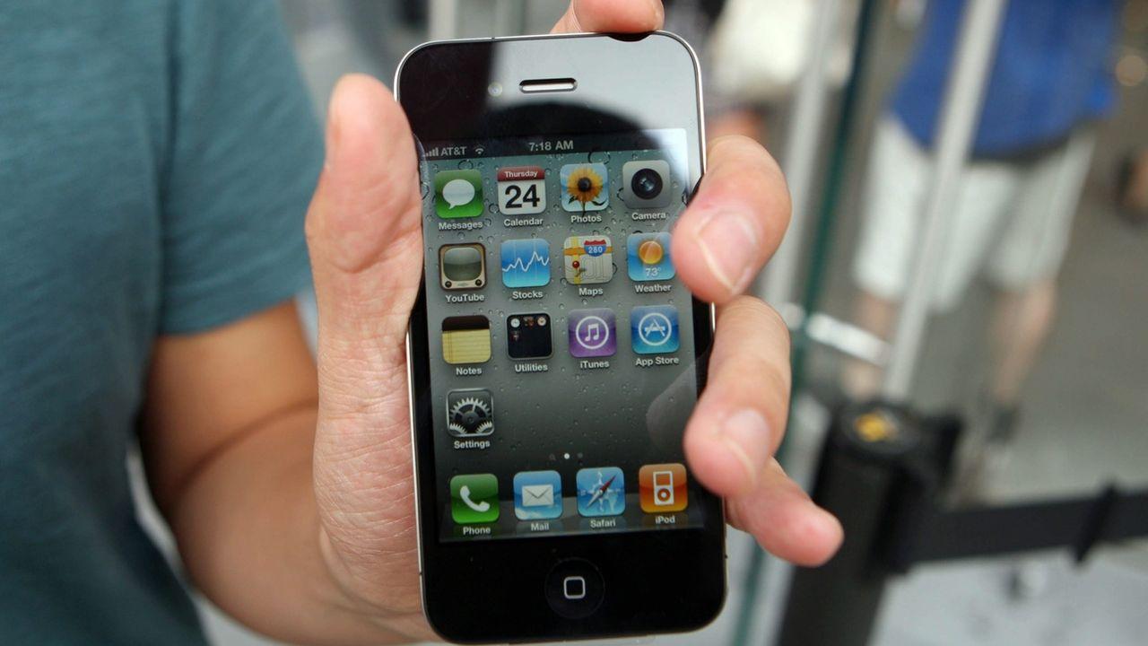 """L'iPhone 4 (2010) ne devrait plus pouvoir surfer sur internet après l'expiration du certificat de sécurité """"DST Root CA X3"""" [Daniel Barry - EPA]"""
