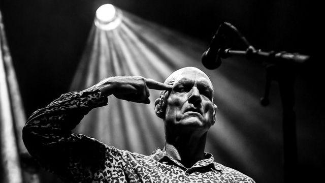 Peter Garett, le chanteur du groupe australien Midnight Oil sur scène au festival Les Déferlantes, en France, le 9 juillet 2017. [Arnaud Le Vu / Hans Lucas - AFP]