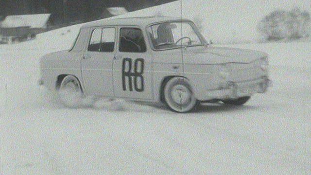 Voiture sur un lac gelé en 1964. [RTS]