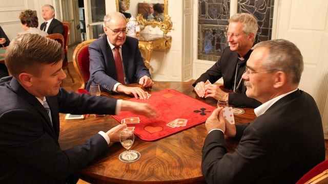 Appuyé par Guy Parmelin, l'équipe du Conseil d'Etat fribourgeois n'a fait qu'une bouchée de l'équipe de l'Évêché. [Diocèse de Lausanne, Genève et Fribourg - DR]
