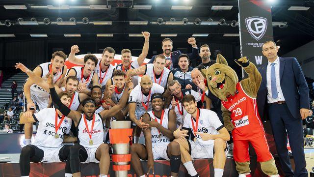 Les joueurs fribourgeois posent avec le trophée! [Jean-Christophe Bott - Keystone]