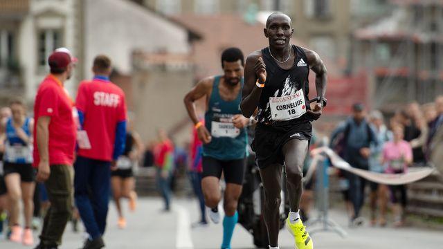 Cornelius Kangogo laisse Tadesse Abraham derrière lui à quelques mètres de la ligne d'arrivée. [Daniel Teuscher - Keystone]