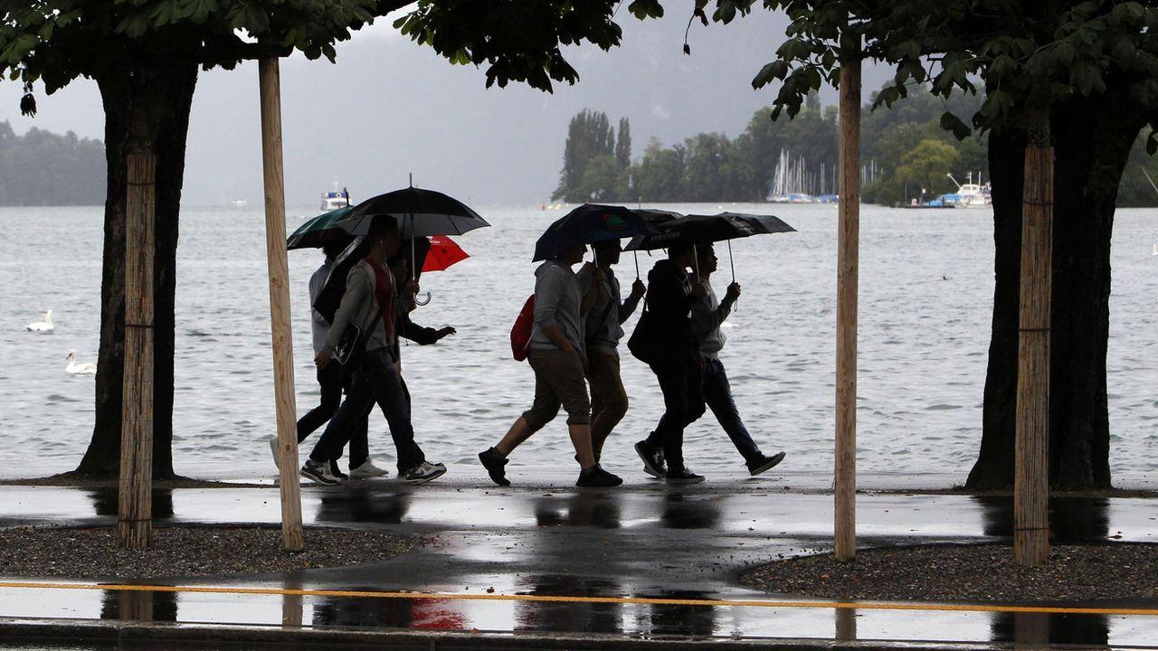 Promenade sous la pluie à Lucerne, le 12 juin 2021. [Urs Flueeler - Keystone]