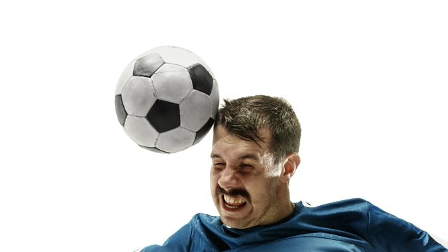 La tête au foot comporte des risques de commotion. vova130555@gmail.com Depositphotos [vova130555@gmail.com - Depositphotos]