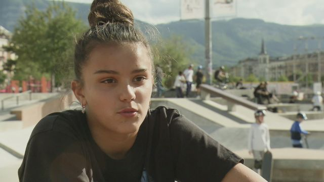 Inès Sebayang, plus jeune joueuse de Servette Chênois (15 ans), partage sa vie d'ado entre ses entrainements de foot et sa deuxième passion, le skateboard. [RTS]