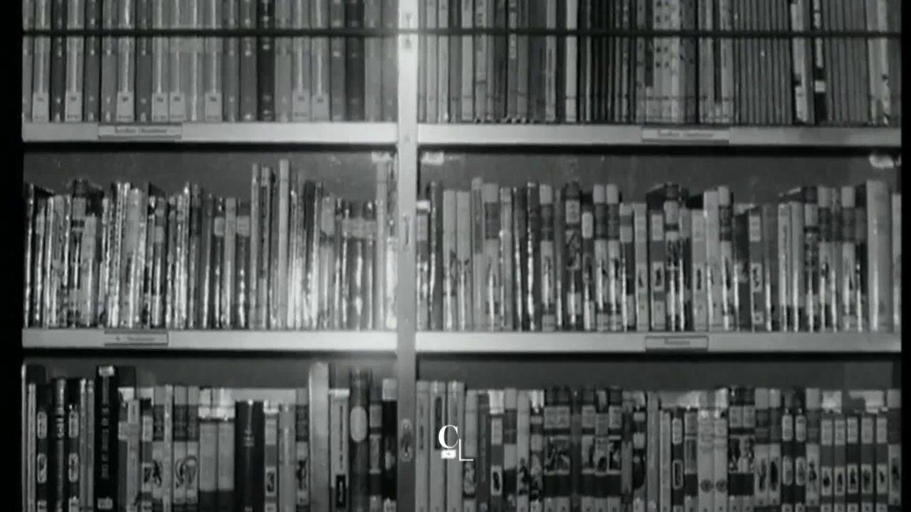La lecture s'invite dans les quartiers lausannois avec le bibliobus. Il parcourt la ville depuis plus de cinquante ans. [RTS]