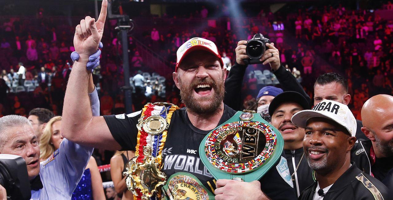 Tyson Fury célèbre après sa troisième victoire face à Deontay Wilder. [Chase Stevens - Keystone]