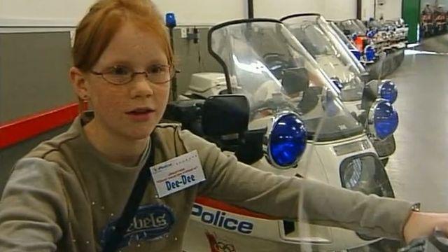 Découverte de la police lausannoise lors de la Journée des filles 2003. [RTS]