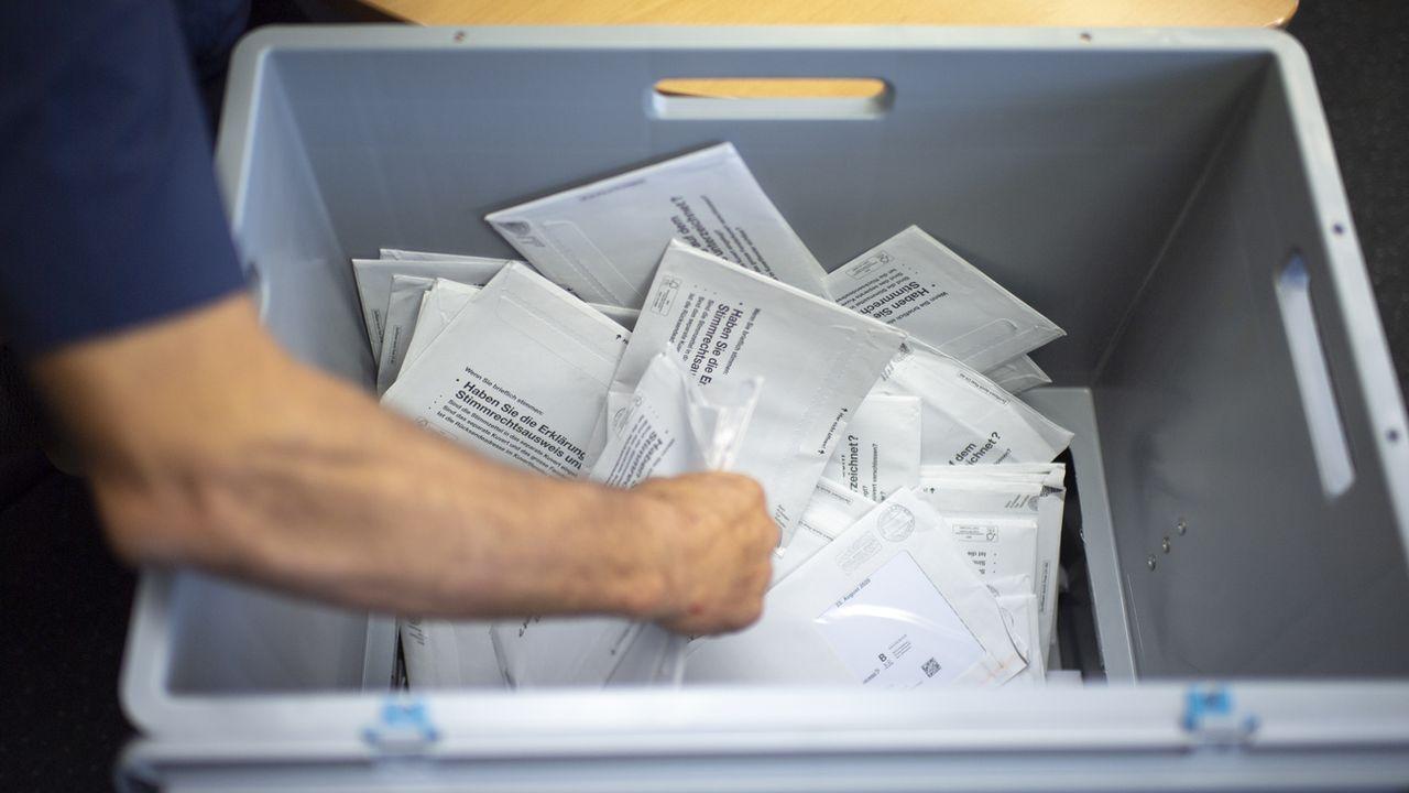 Des enveloppes de vote par correspondance sont triées à Rüte, en Appenzell Rhodes-Intérieures. [Gian Ehrenzeller - KEYSTONE]