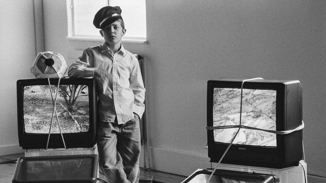 """Laure, gardienne de l'exposition de Julia Scher, """"Fribourg sous surveillance"""", Fri Art, 1996. [Eliane Laubscher Archive   Archives du Futur Antérieur]"""