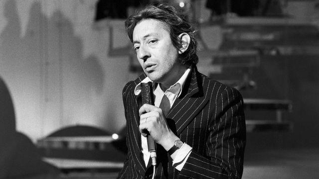 """Serge Gainsbourg chante sur le plateau de """"Taratata"""". [Jean Pierre Leteuil - Ina via AFP]"""