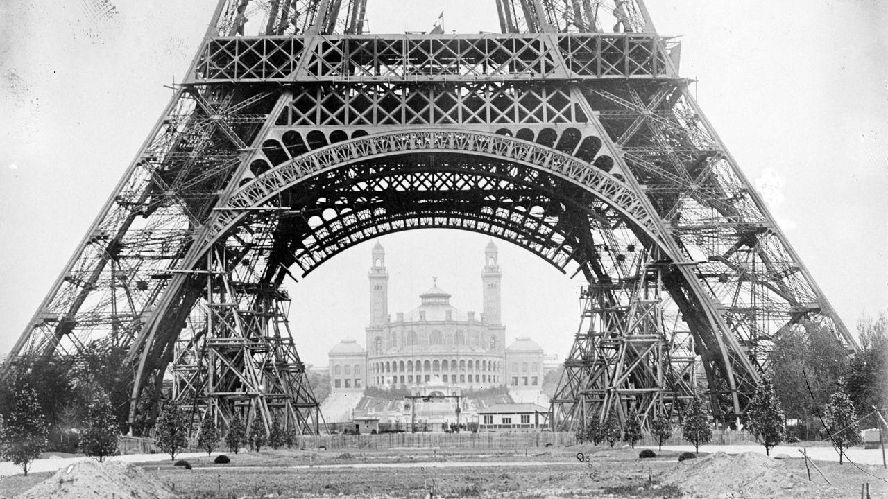 La tour Eiffel, star de cinéma. [JACQUES BOYER / Roger-Viollet - AFP]