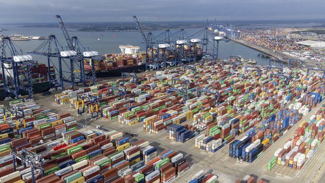 Des milliers de conteneurs en attente au port de Felixstowe, dans le sud-est de l'Angleterre. [Joe Giddens - Keystone]