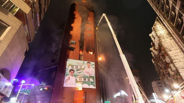 L'incendie a rapidement gagné les étages résidentiels. [Johnson Liu  - AFP]